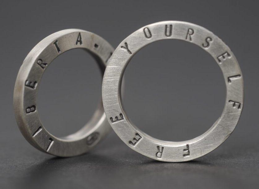 Teresa Milheiro, ringen, 2005. Foto Luis Cunha Pais, geoxideerd zilver