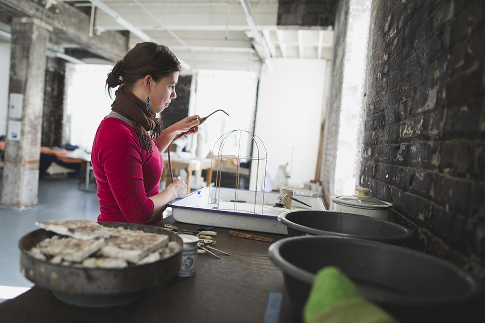 Lauren Kalman in Bemis Center. Foto Colin Conces, portret, atelier