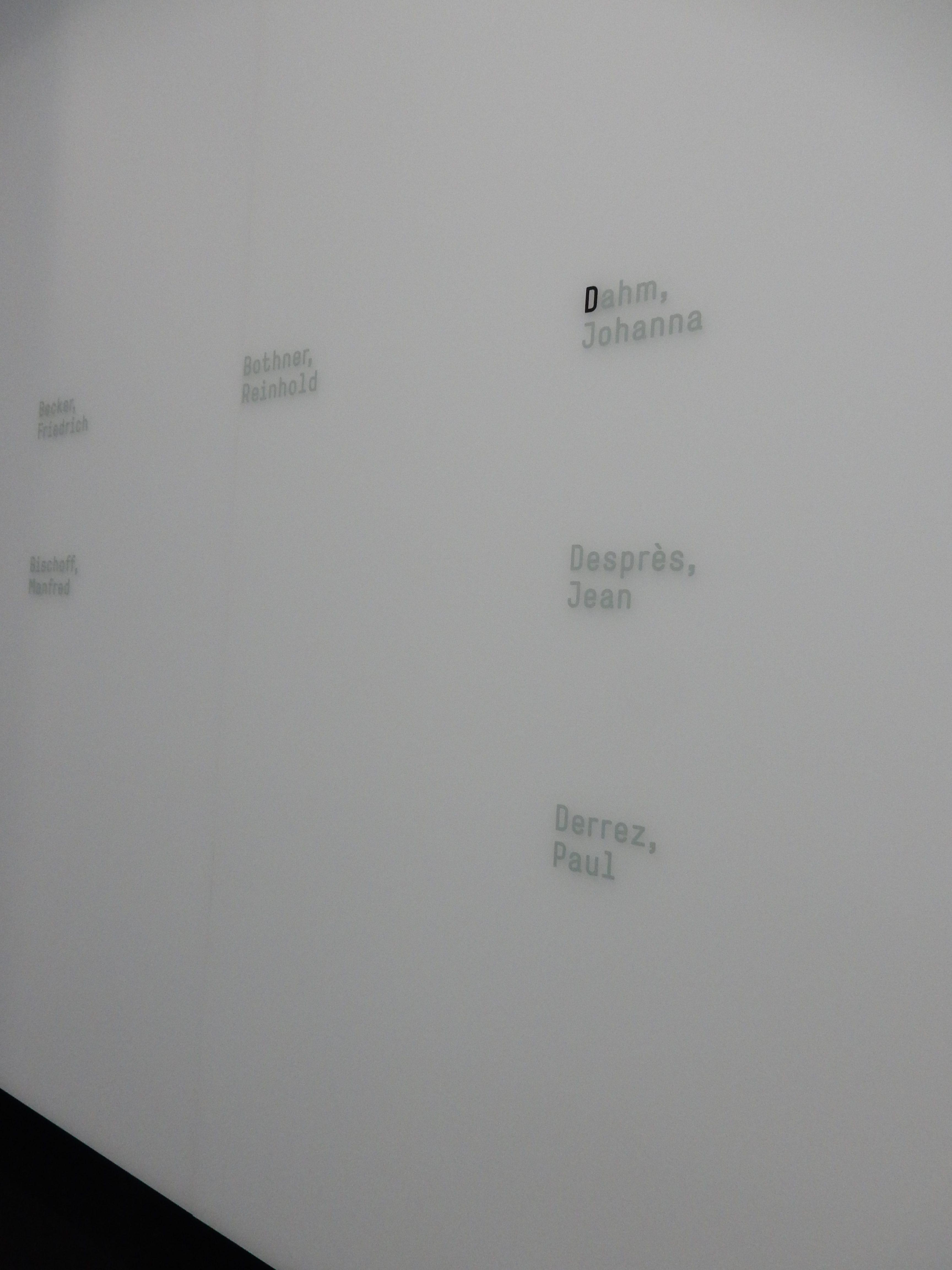 Schmuckmuseum Pforzheim, Wand met namen van sieraadontwerpers, 11 mei 2019. Foto Coert Peter Krabbe, interieur, Johanna Dahm, Jean Desprès, Paul Derrez