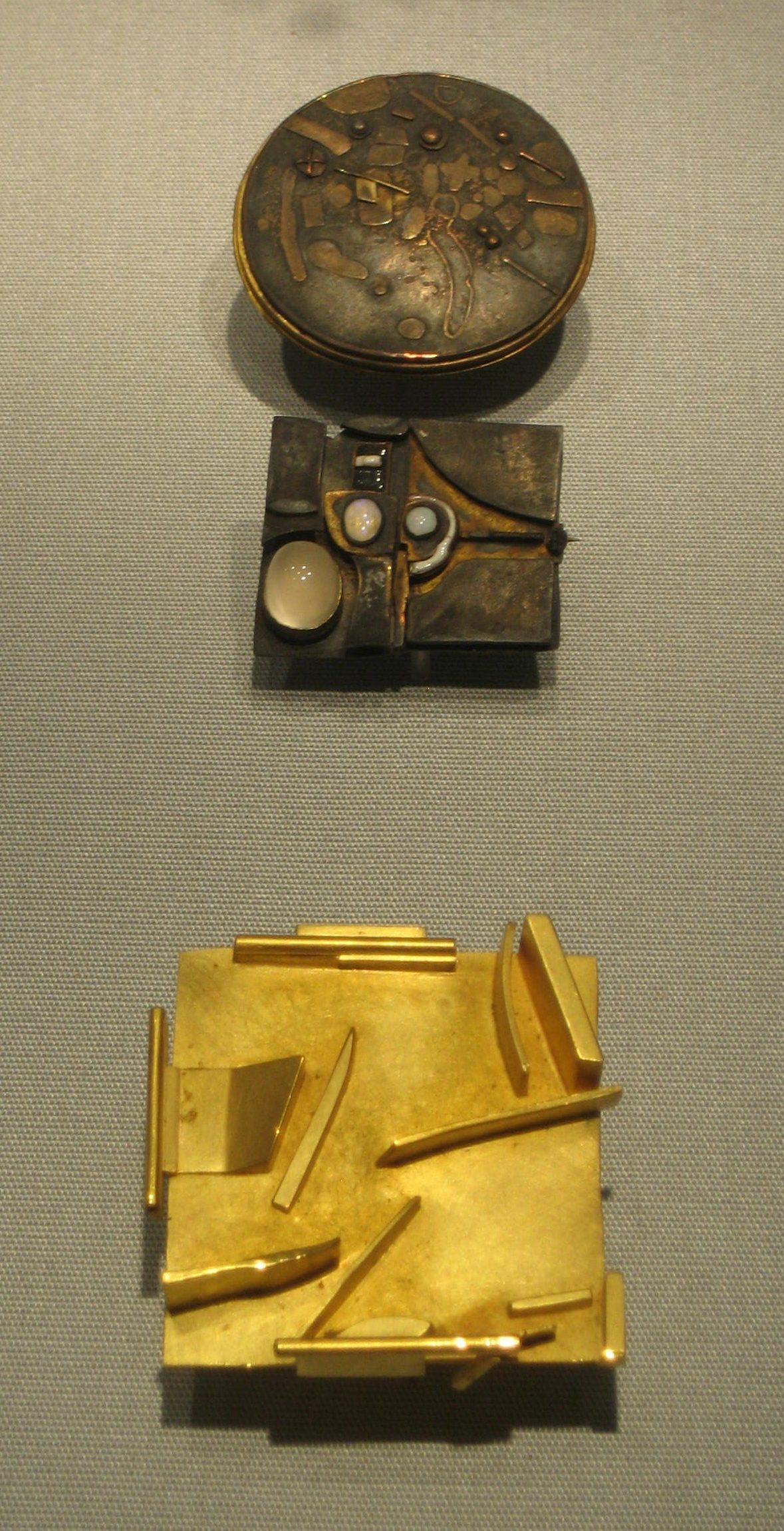 Hermann Jünger, broche, 1977, broche, 1968, broche. Schmuckmuseum Pforzheim. Foto Esther Doornbusch, mei 2019, goud, zilver, opaal, email, maansteen