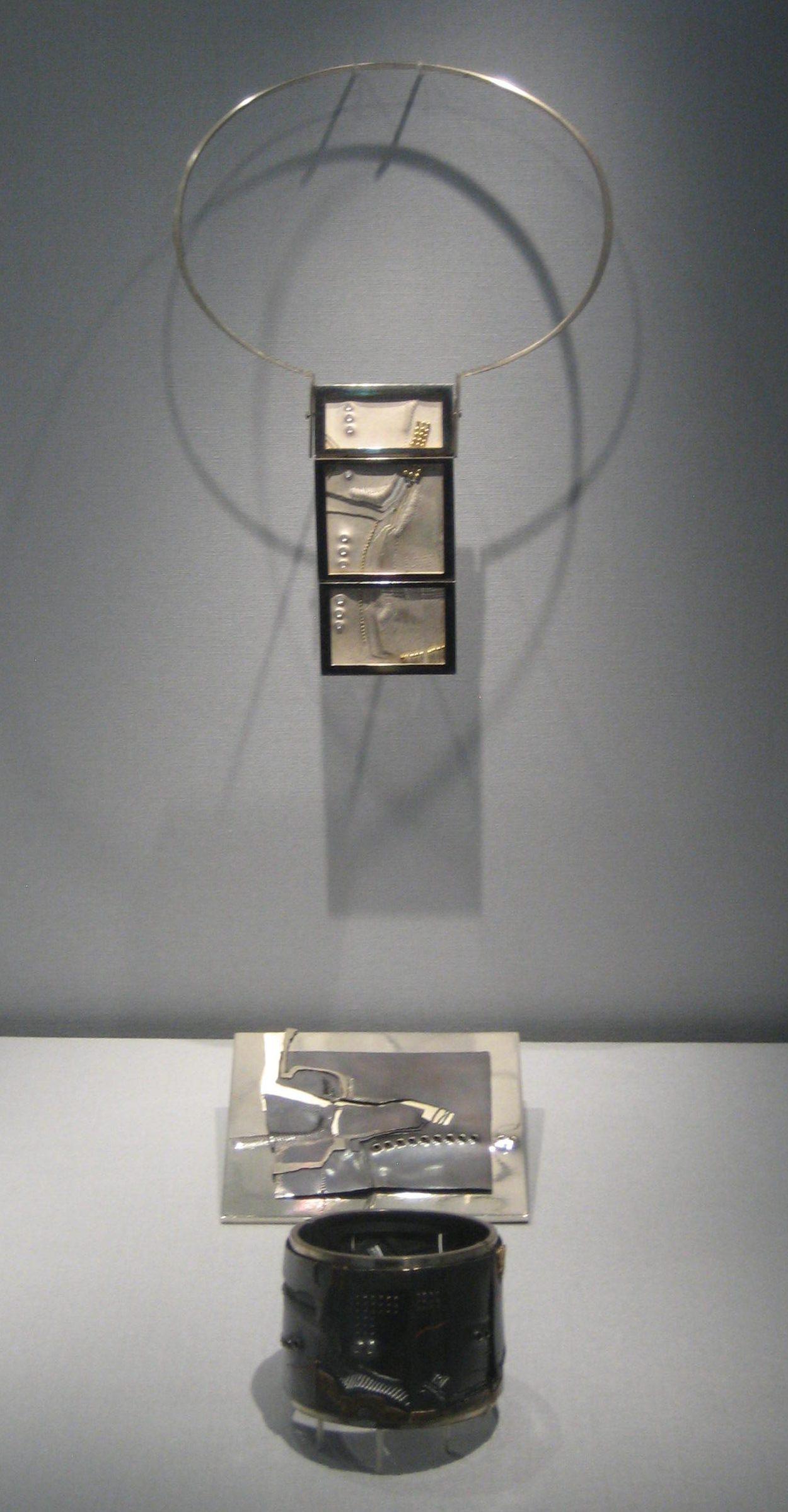 Rüdiger Lorenzen, halssieraad, 1971, object, 1970, armband, 1969. Collectie Schmuckmuseum Pforzheim. Foto Coert Peter Krabbe, mei 2019, zilver, goud, vitrine,