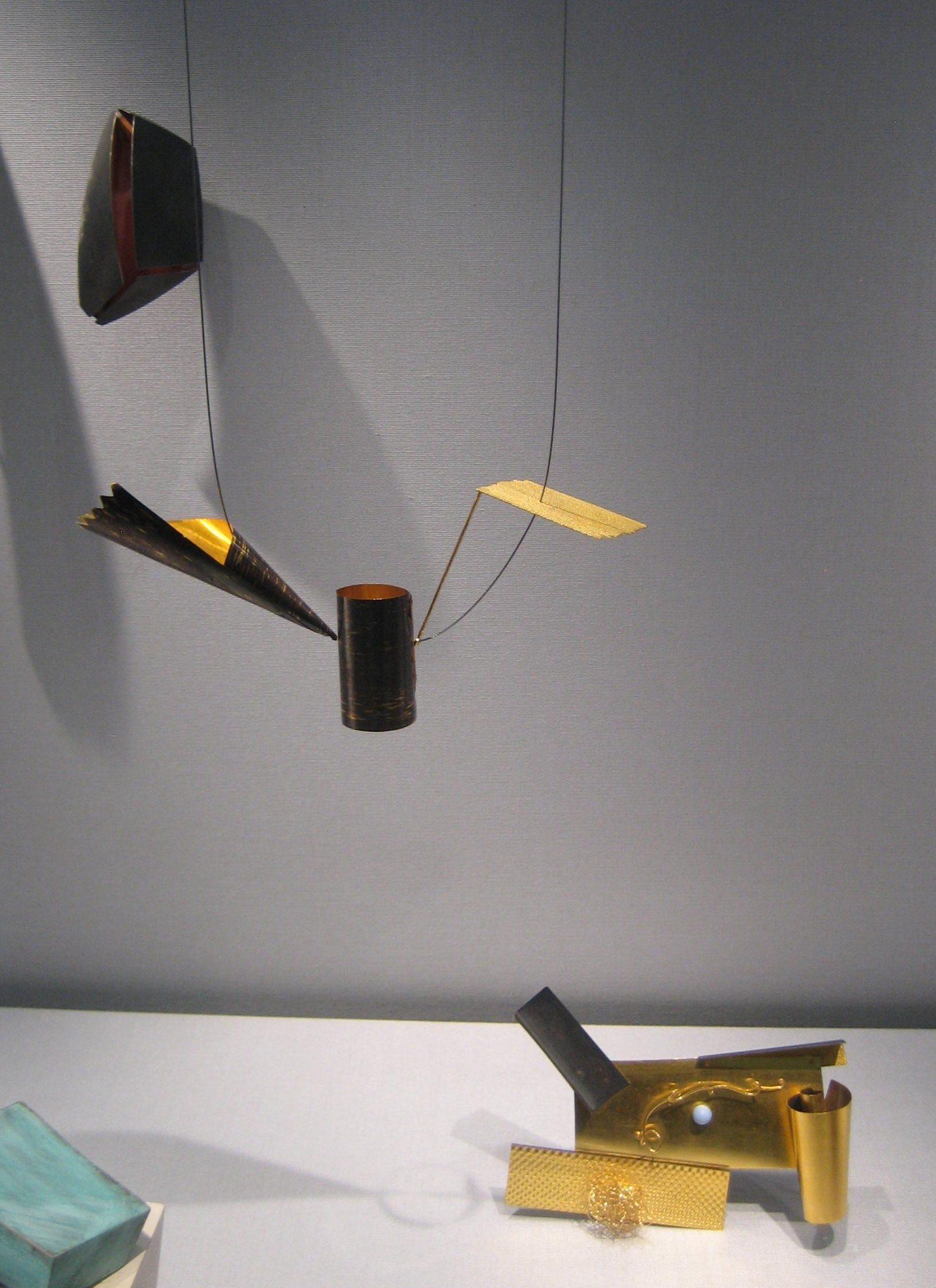 Broche; Robert Smit, halssieraad, 1985; Bello as a still life, broche, 1992. Collectie Schmuckmuseum Pforzheim. Foto Coert Peter Krabbe, mei 2019, goud, staal, parel