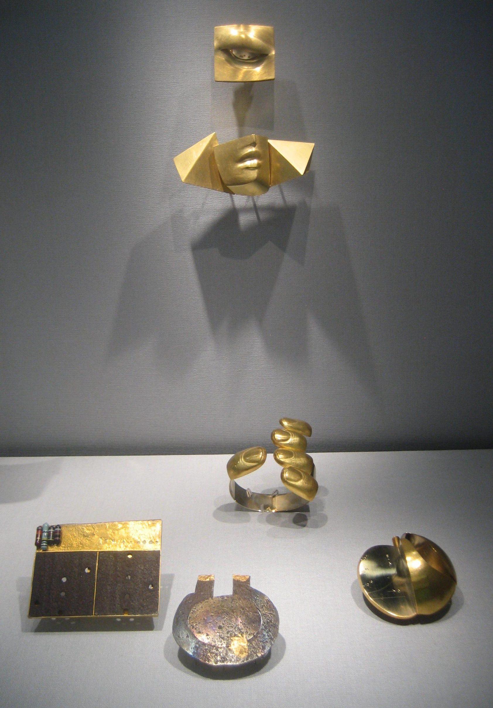 Bruno Martinazzi, broches, armband, Jan Tempelman, broche. Collectie Schmuckmuseum Pforzheim. Foto Esther Doornbusch, mei 2019, goud, vitrine
