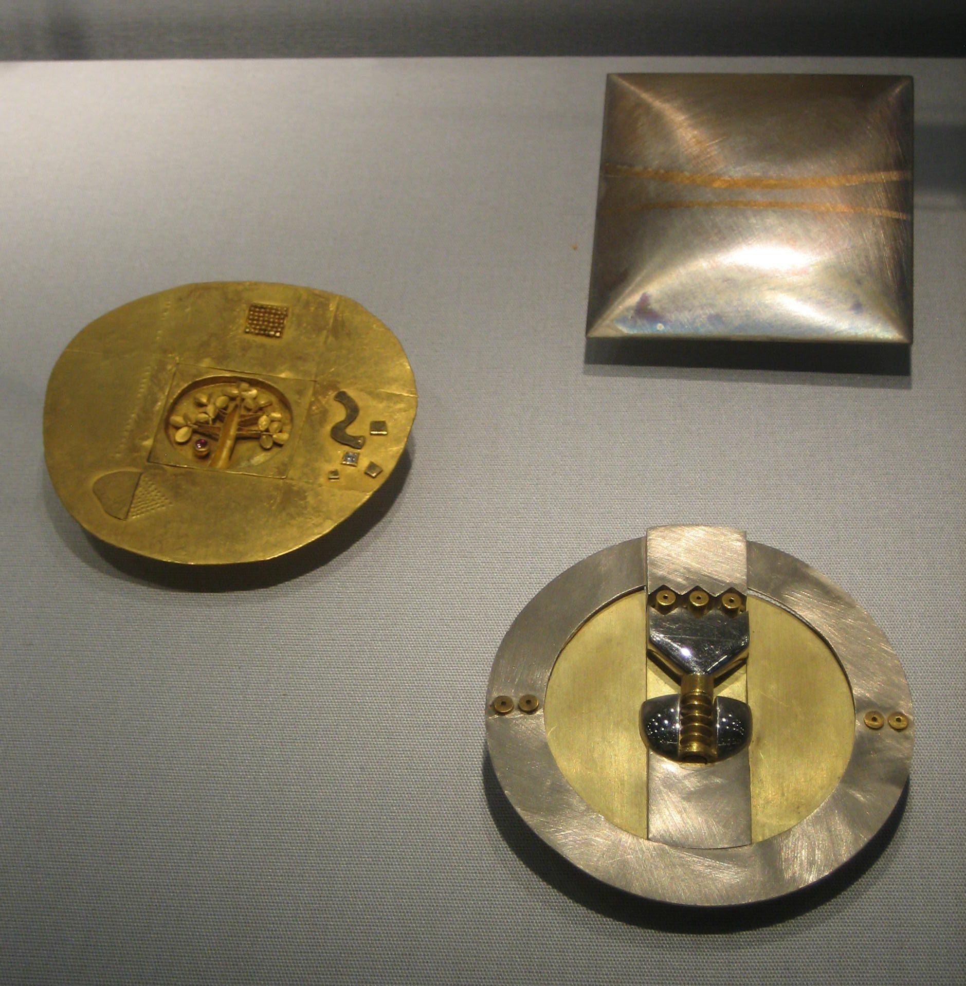 Reinhold Reiling, broches. Collectie Schmuckmuseum Pforzheim. Foto Esther Doornbusch, mei 2019, goud