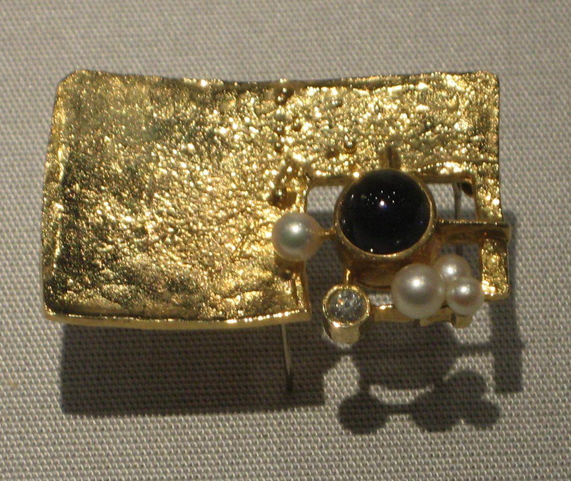 Reinhold Reiling, broche, circa 1974, Schmuckmuseum Pforzheim. Foto Esther Doornbusch, mei 2019, goud, parel, steen, diamant