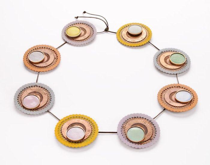 Paula Crespo, halssieraad, 2018, brons, email, verf, zijde, draad