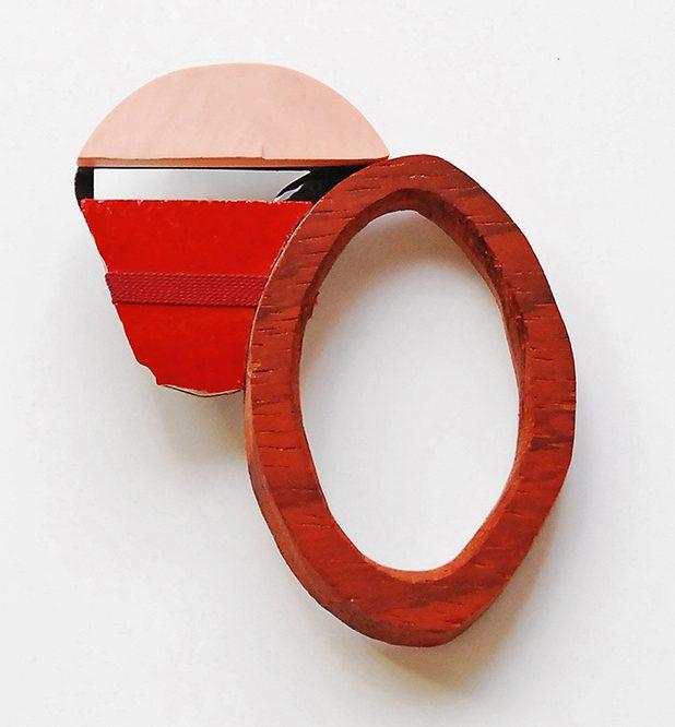 Danni Schwaag, Blu Men VIII, broche, 2011, gereconstrueerd koraal, hout, tegel, zijdelint, glas, goud