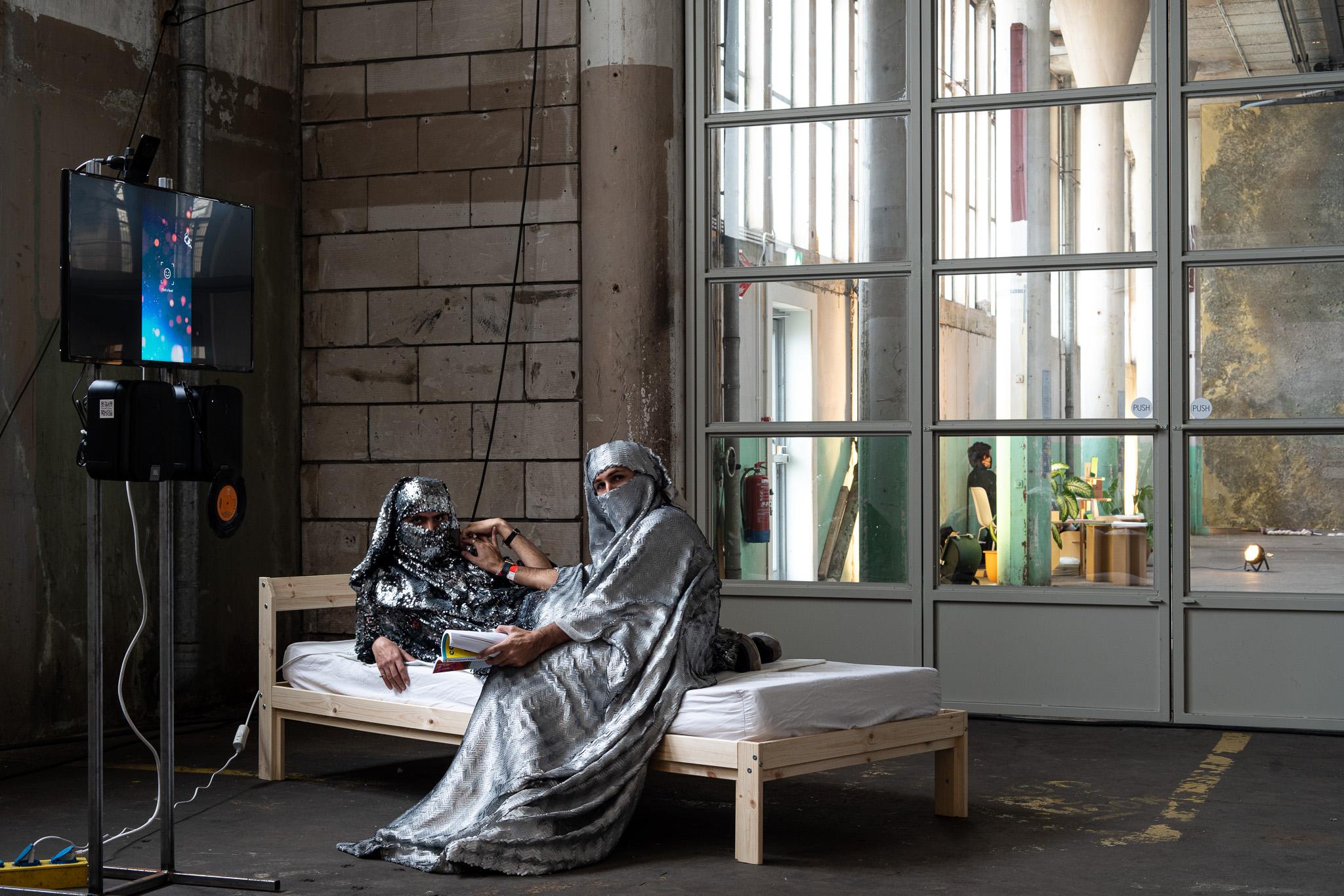 Laila el Mehelmy, performance. Examententoonstelling Challenging Jewellery, Het HEM, Zaandam, 2020. Foto Ayako Nishibori