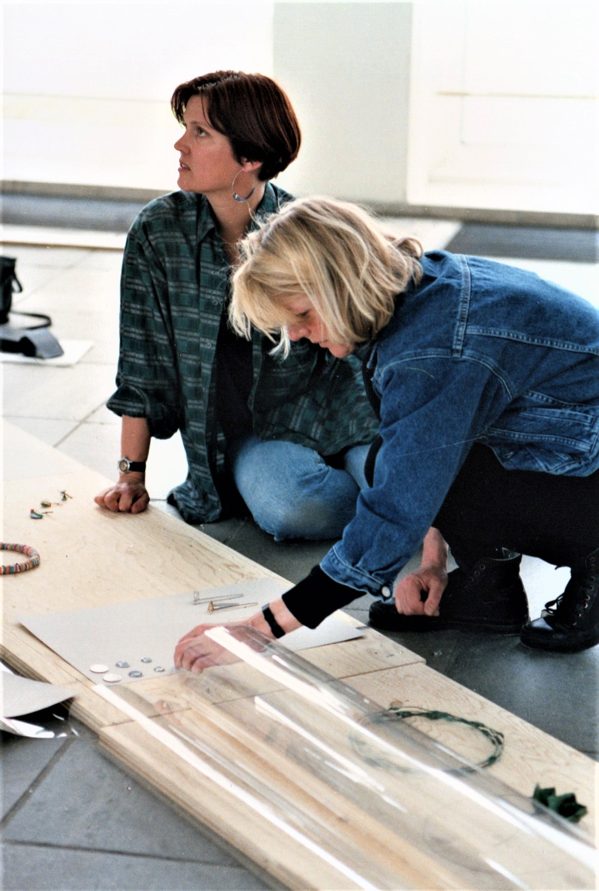 Inrichting View Review, Stedelijk Museum, 1991. Suzanne Esser en Charlotte van der Waals. Foto Lous Martin