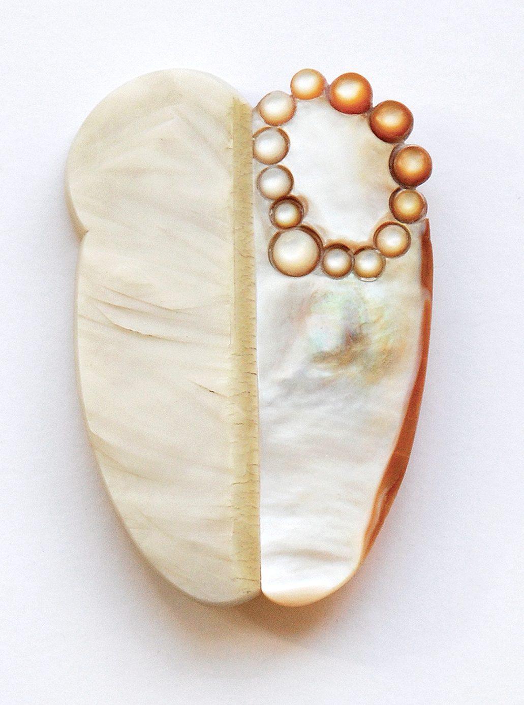 Danni Schwaag, Organ II, broche, 2017, parelmoer, galaliet, roestvrij staal, goud