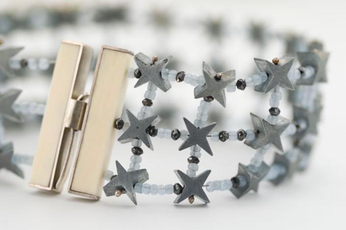 Julie Mollenhauer, armband, detail, 2012. Foto Thomas Lenden, witgoud, zwarte diamanten, aluminium, hoorn, glaskralen