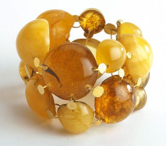 Julie Mollenhauer, armband, 1999. Foto Thomas Lenden, amber, goud