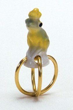 Julie Mollenhauer, ring, 1992. Foto Thomas Lenden, goud, porselein (objet trouvé)