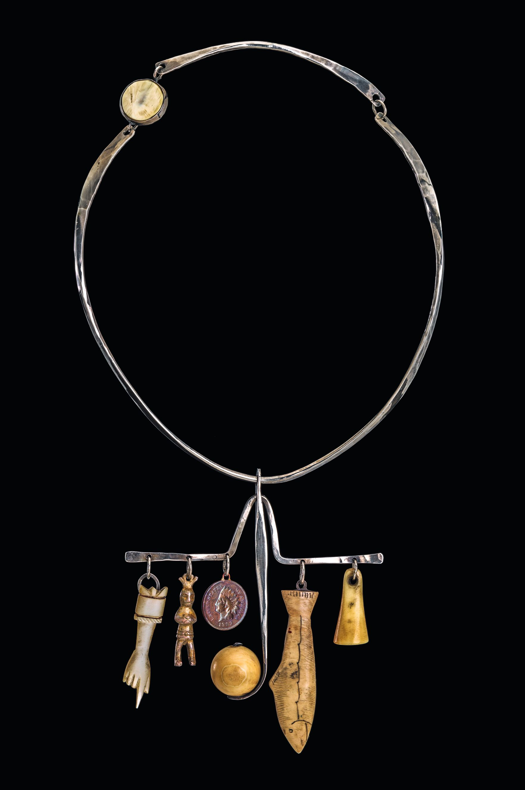 Ramona Solberg, Shaman's Necklace, halssieraad, 1968. Collectie Museum of Arts and Design. Foto John Bigelow Taylor, zilver, ivoor, objets trouvés