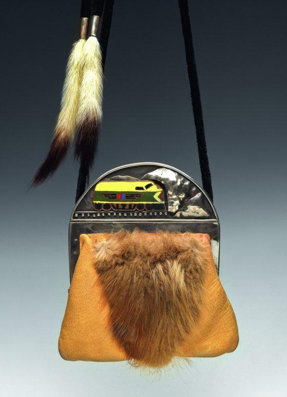 Merrily Tompkins, Snatch Purse, 1975. Foto Thomas R. DuBrock, koper, email, leer, beverbont, hermelijnbont