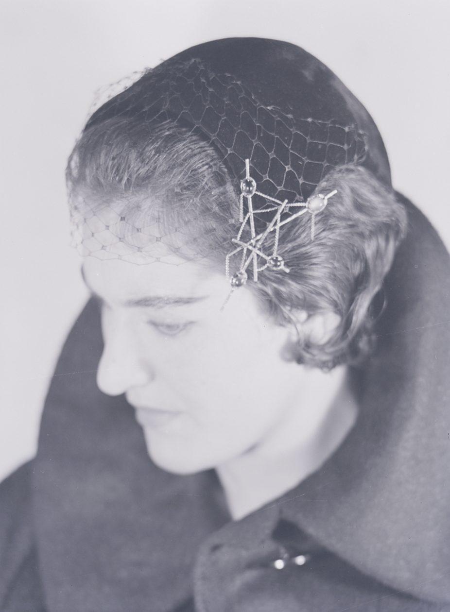 Paolo Monti, model met sieraad van Arnaldo Pomodoro, 1960