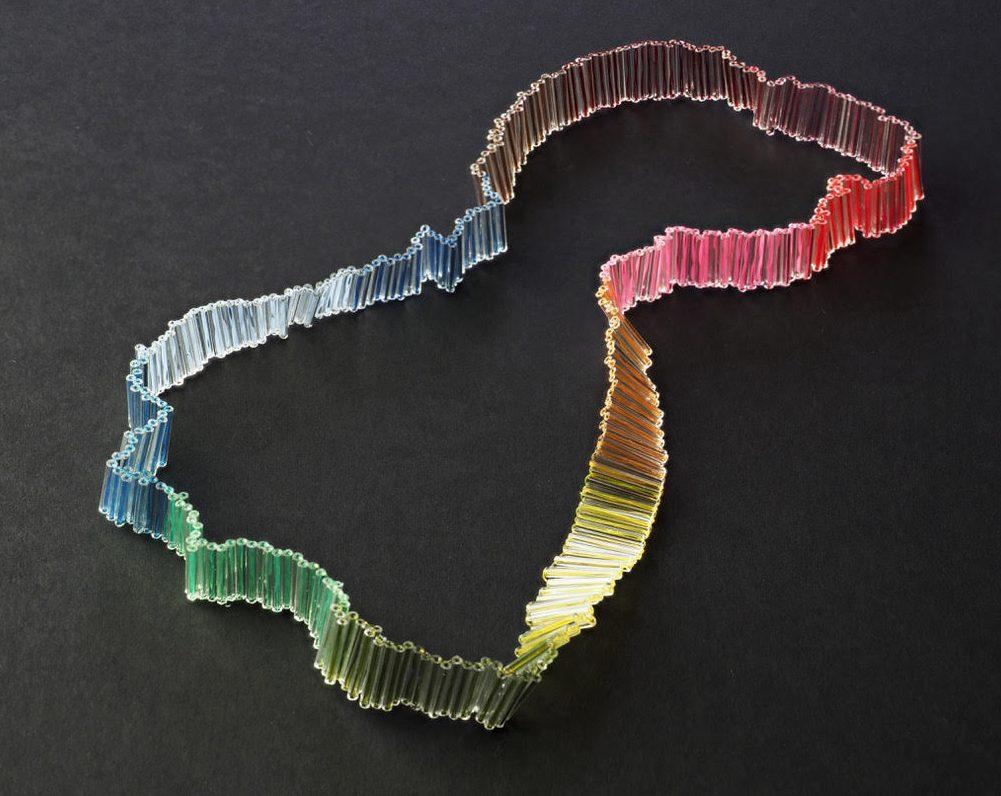 Hilde Foks, Sliced/month, halssieraad, 2021. Foto Rob Ouwerkerk, glas, nylon