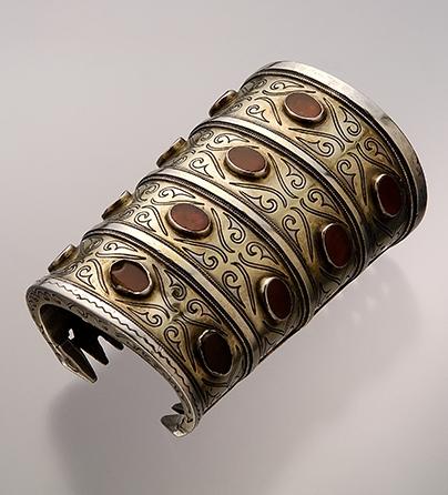 Armband, Turkmenistan, 1900-1949. Collectie World Jewellery Museum, verguld zilver, carneool