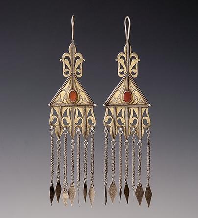 Oorsieraden, Turkmenistan, 1900-1999. Collectie World Jewellery Museum, verguld zilver, carneool