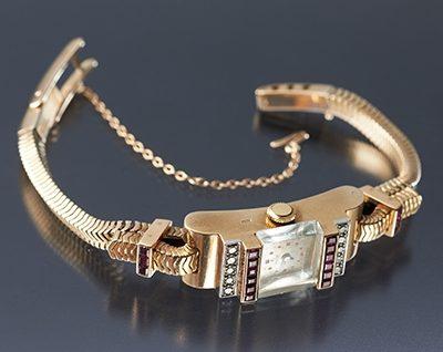 Horloge, Frankrijk, 1940. Collectie World Jewellery Museum, goud, robijn, diamant