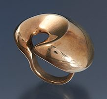 Maryon Kantaroff, ring, 1980. Collectie World Jewellery Museum, goldplated zilver