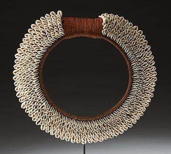 Halssieraad, Tolai, 1900-1999. Collectie World Jewellery Museum, kauri schelpen, textiel