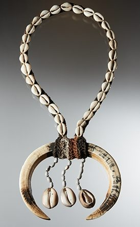 Halssieraad, Papoea-Nieuw-Guinea, 1900-1999. Collectie World Jewellery Museum, slagtanden van zwijnen, kaurischelpen, kralen, textiel