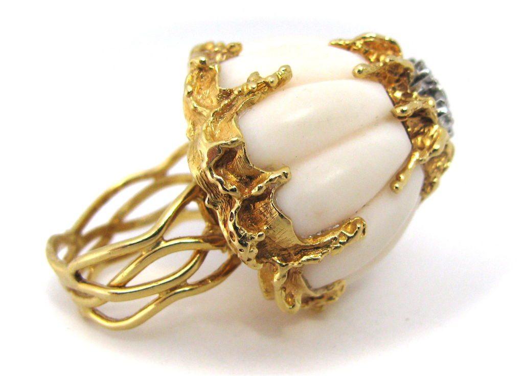 Ring, circa 1960. Foto Kimberly Klosterman, wit koraal, goud, diamant