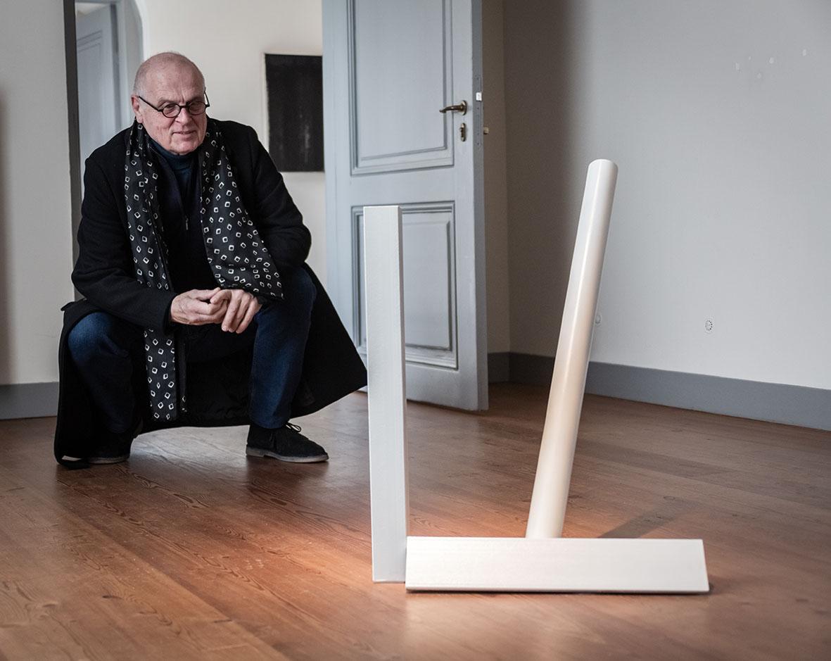 Rob de Vries bij sculptuur van Piet Tuytel. Buiten, Paviljoen Welgelegen, Haarlem, 2021. Foto Aldo Smit, portret