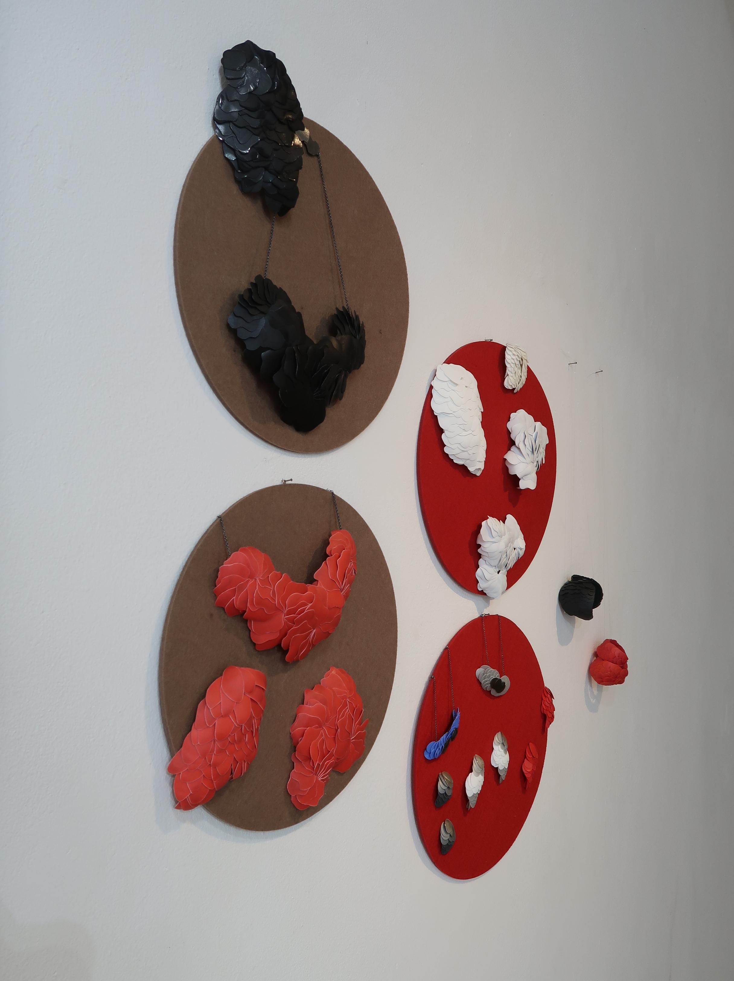 Karin Roy Andersson, Galerie Spektrum op locatie, München, 13 maart 2020. Foto Coert Peter Krabbe, tentoonstelling, kunststof, halssieraden, broches