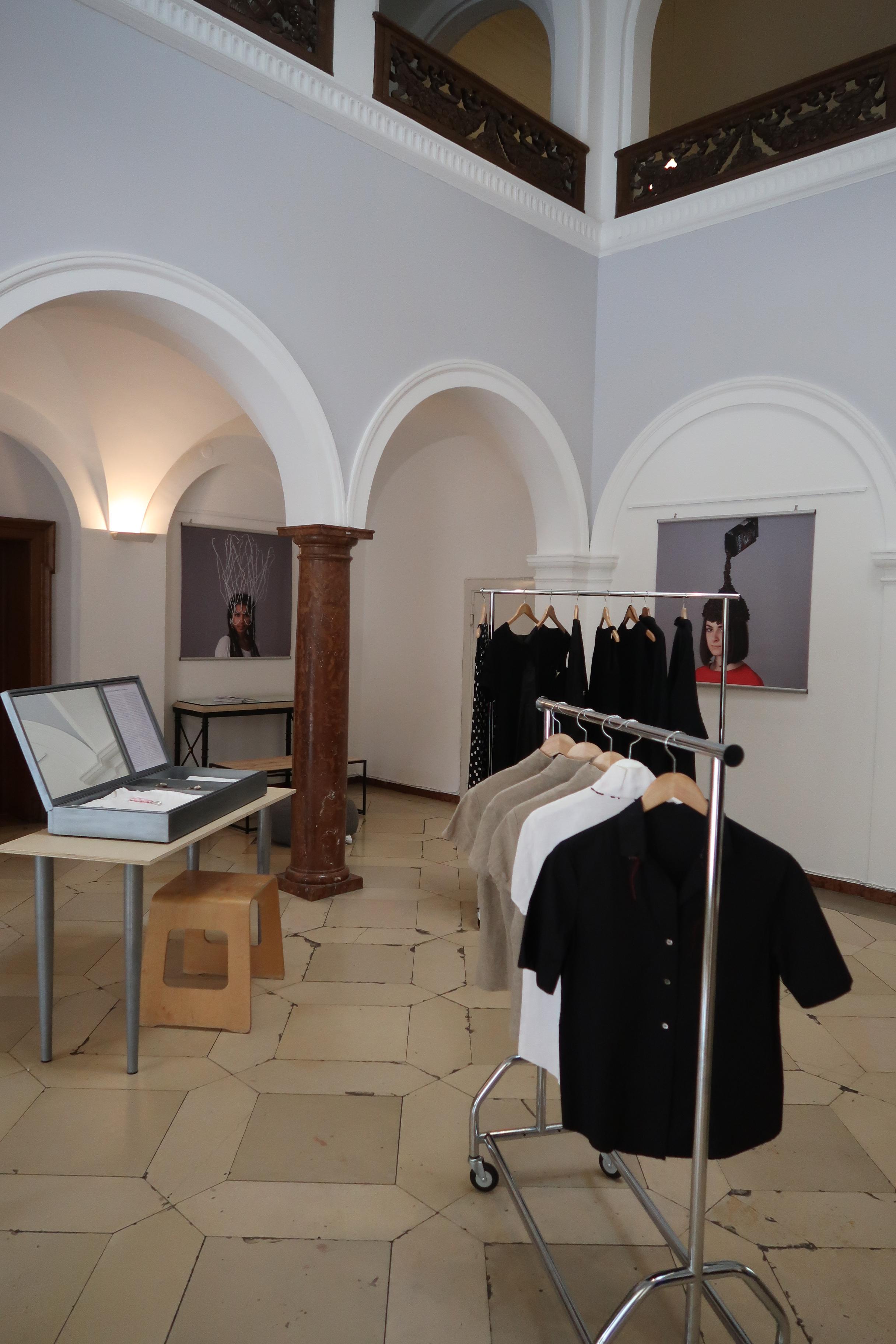 Monika Brugger, Institut français München, 14 maart 2020. Foto Coert Peter Krabbe, tentoonstelling, kleding, sieraden, textiel