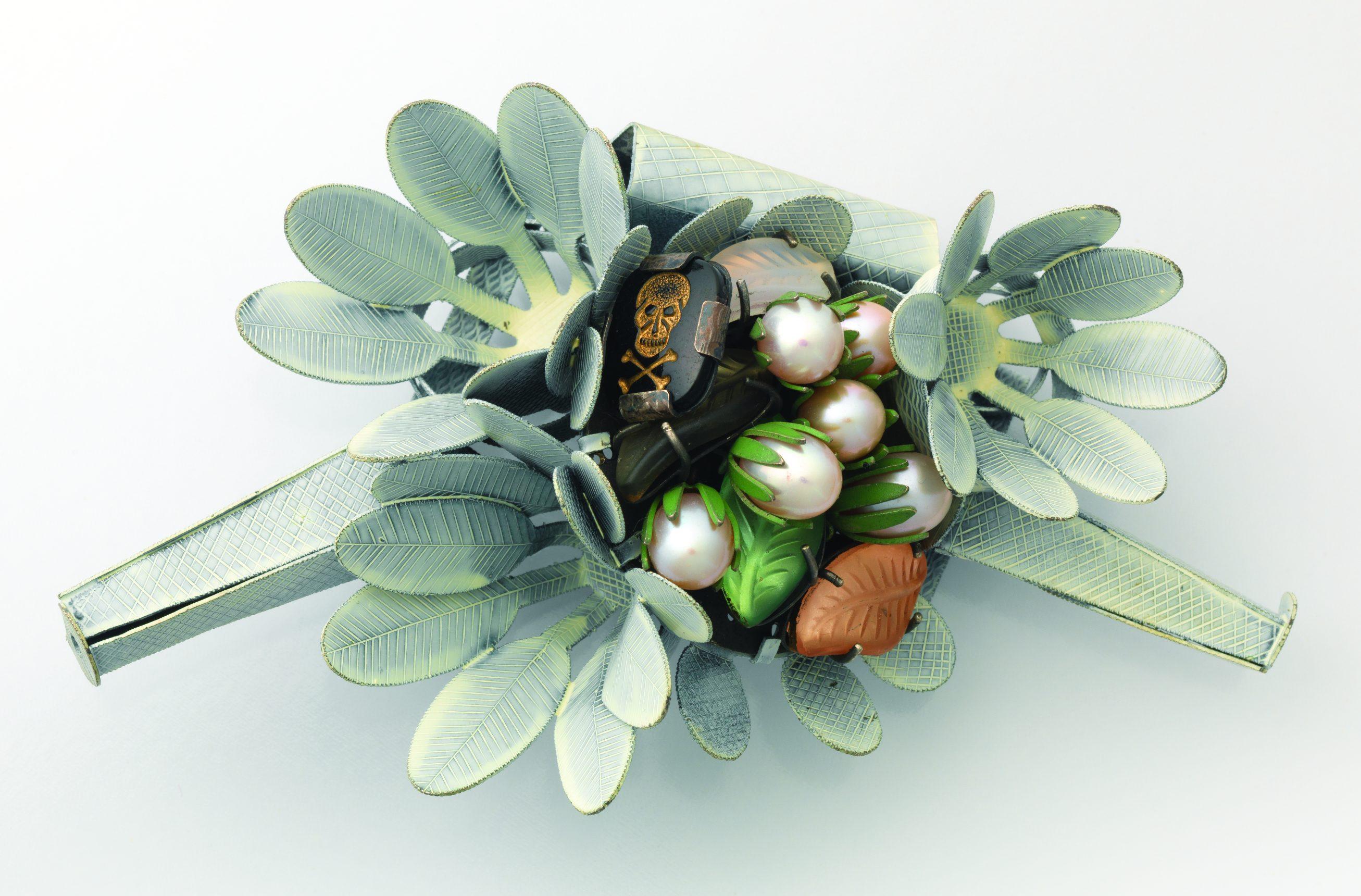 Helen Britton, Poison Island, broche, 2006-2007. Collectie MAD. Foto MAD, zilver, verf, glas, parels