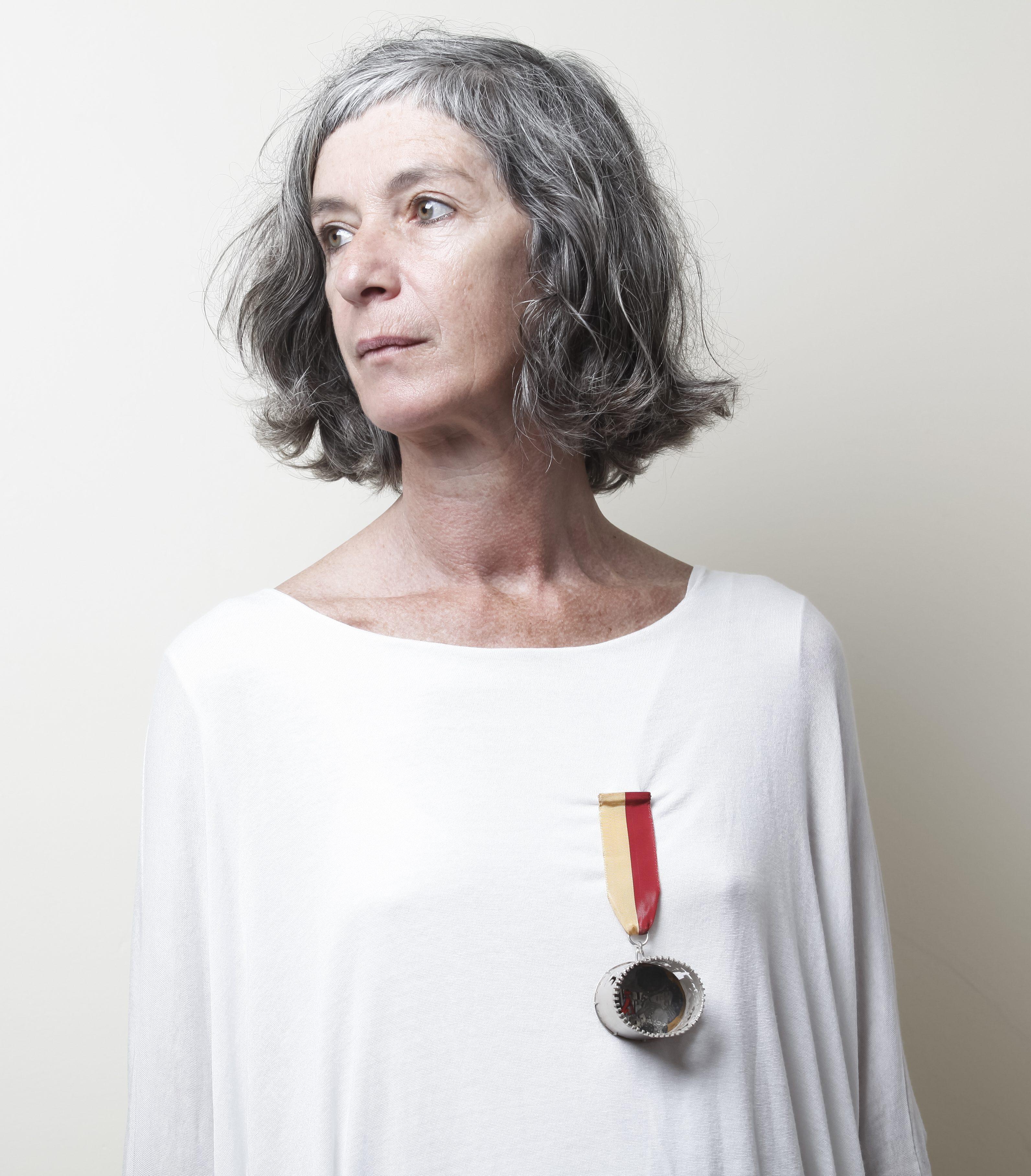 Marília Maria Mira, Love's insignia, 1993, medaille, parfum, zilver, glas, was, papier, zijde