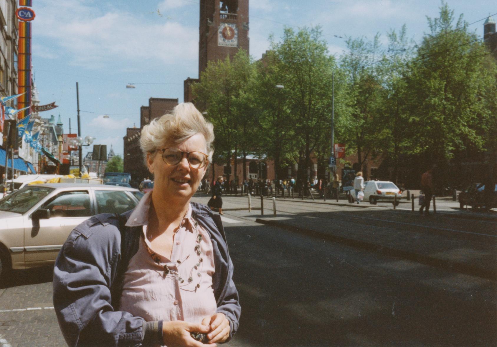 Claartje Keur, Zelfportret met halssieraad van Laura Bakker, Amsterdam, Damrak, 22 mei 1991. Foto Claartje Keur