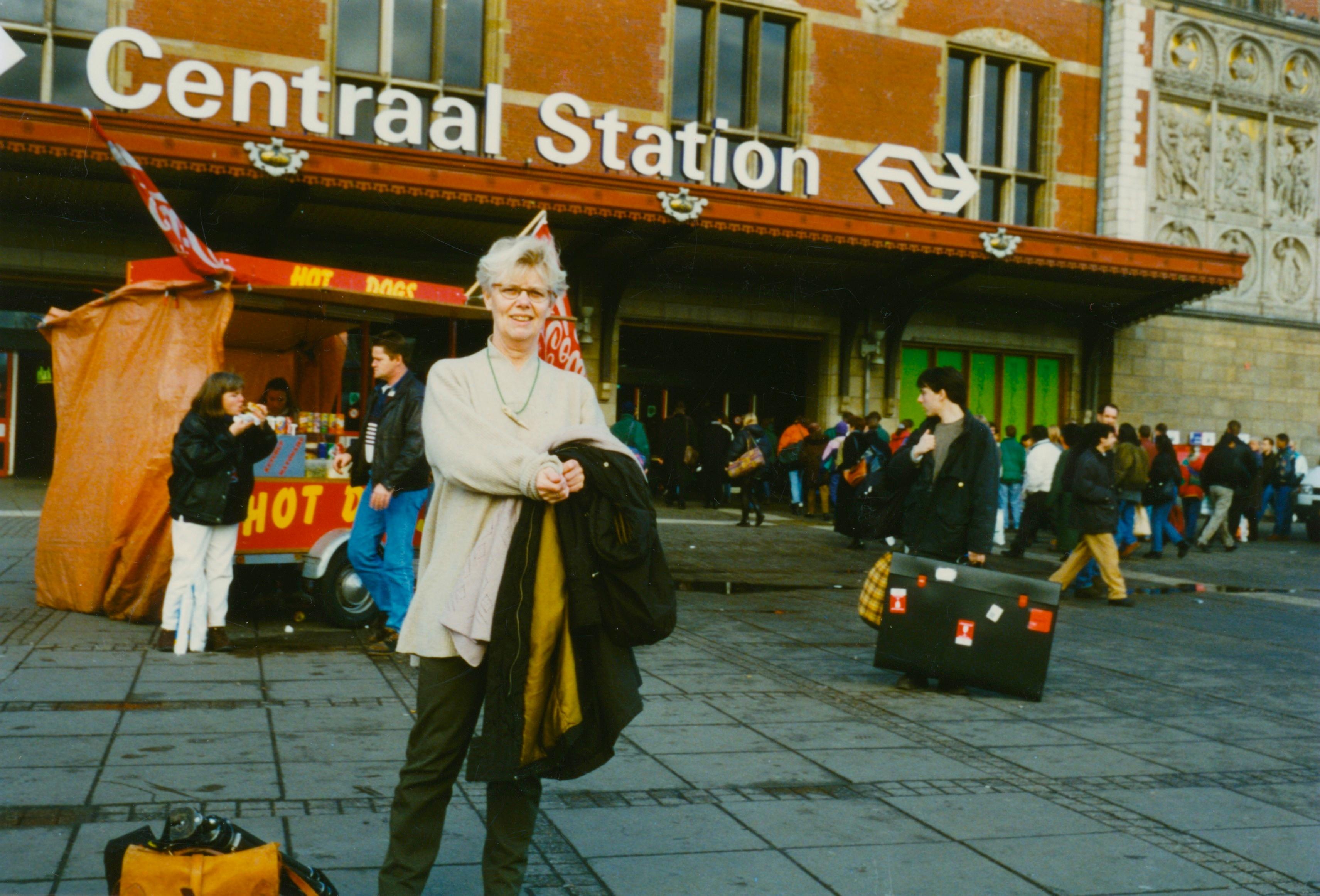 Claartje Keur, Zelfportret met halssieraad van Marcel Wanders, Amsterdam, Stationsplein, 1996. Foto Claartje Keur