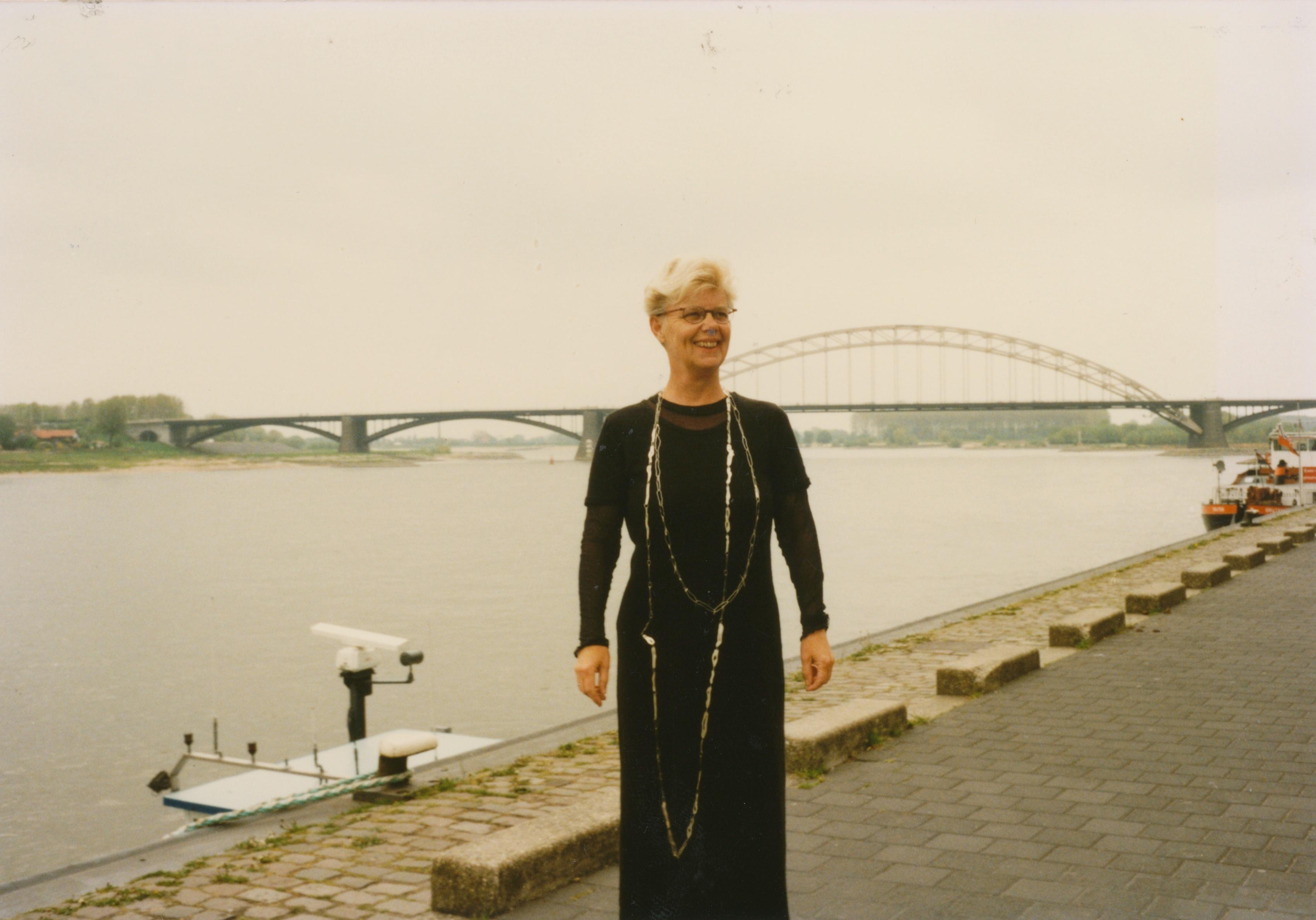 Claartje Keur, Zelfportret met halssieraad van Annelies Planteijdt, Nijmegen, Waalkade, 12 mei 1996. Foto Claartje Keur