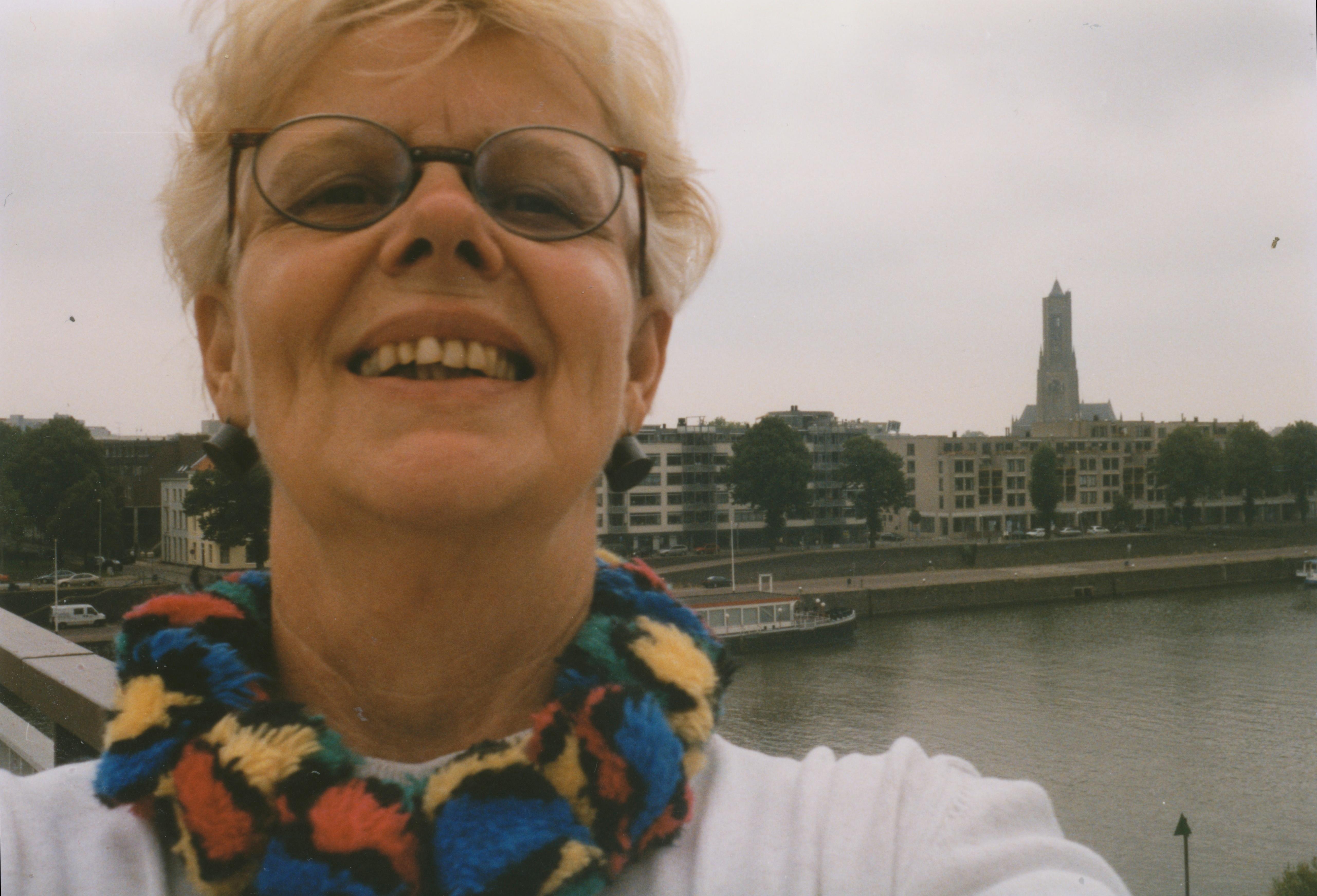 Claartje Keur, Zelfportret met halssieraad van Beppe Kessler, Arnhem, Rijn, 29 juli 1998. Foto Claartje Keur