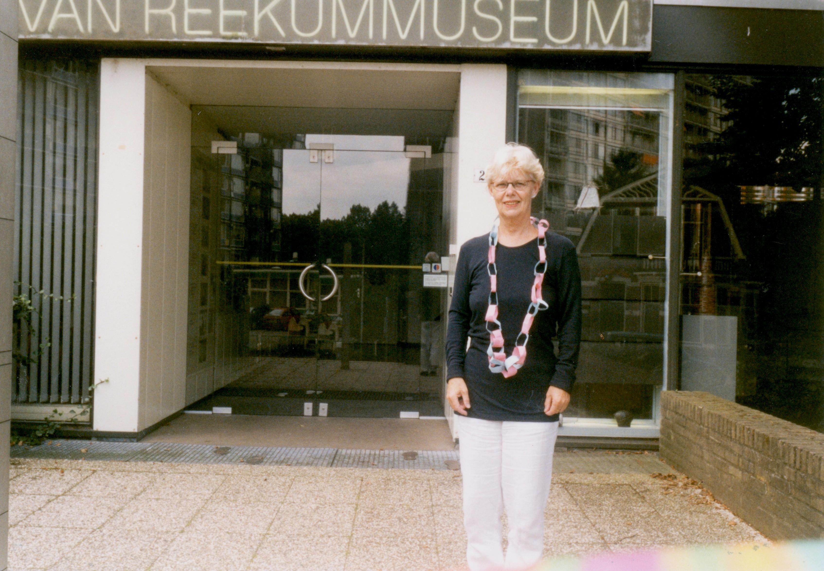 Claartje Keur, Zelfportret met halssieraad van Marieke Wijers, Apeldoorn, Van Reekum Museum, 3 augustus 1998. Foto Claartje Keur