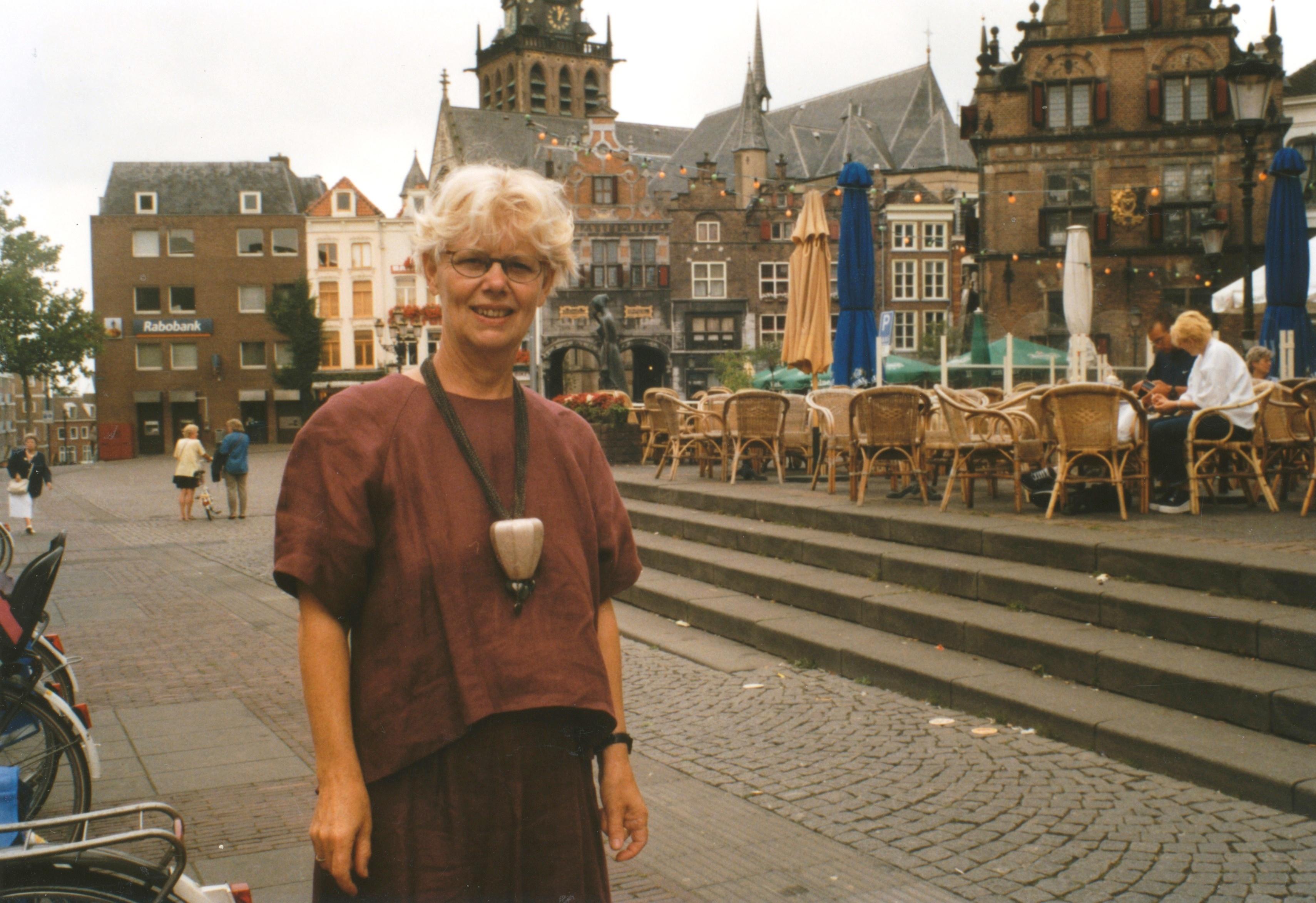 Claartje Keur, Zelfportret met halssieraad van Ruudt Peters, Nijmegen, Grote Markt, 5 augustus 1998. Foto Claartje Keur
