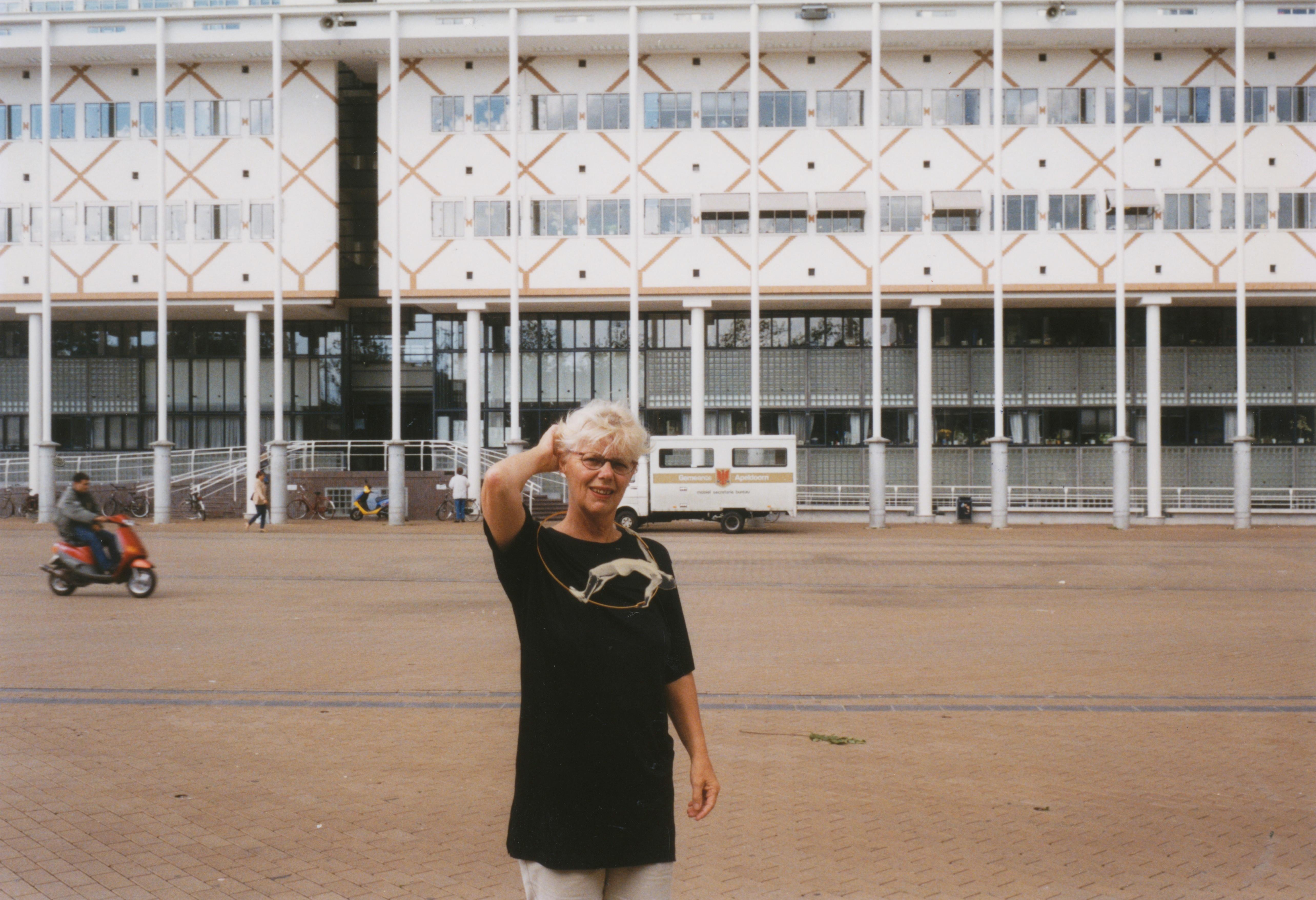 Claartje Keur, Zelfportret met halssieraad van Gijs Bakker, Apeldoorn, Stadhuis Marktplein, 10 september 1998. Foto Claartje Keur