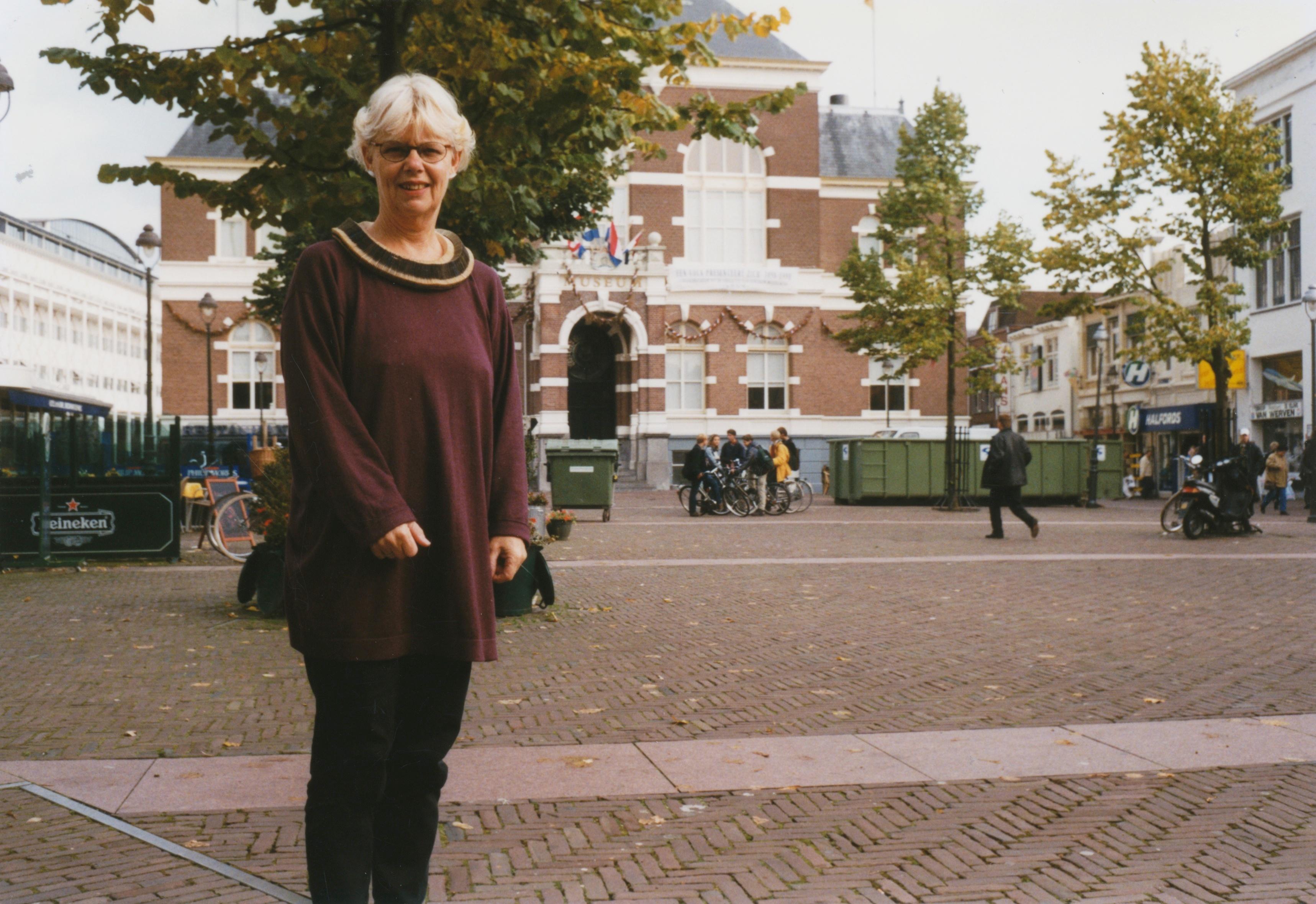 Claartje Keur, Zelfportret met halssieraad van Nel Linssen, Apeldoorn, Raadhuisplein, 1998. Foto Claartje Keur