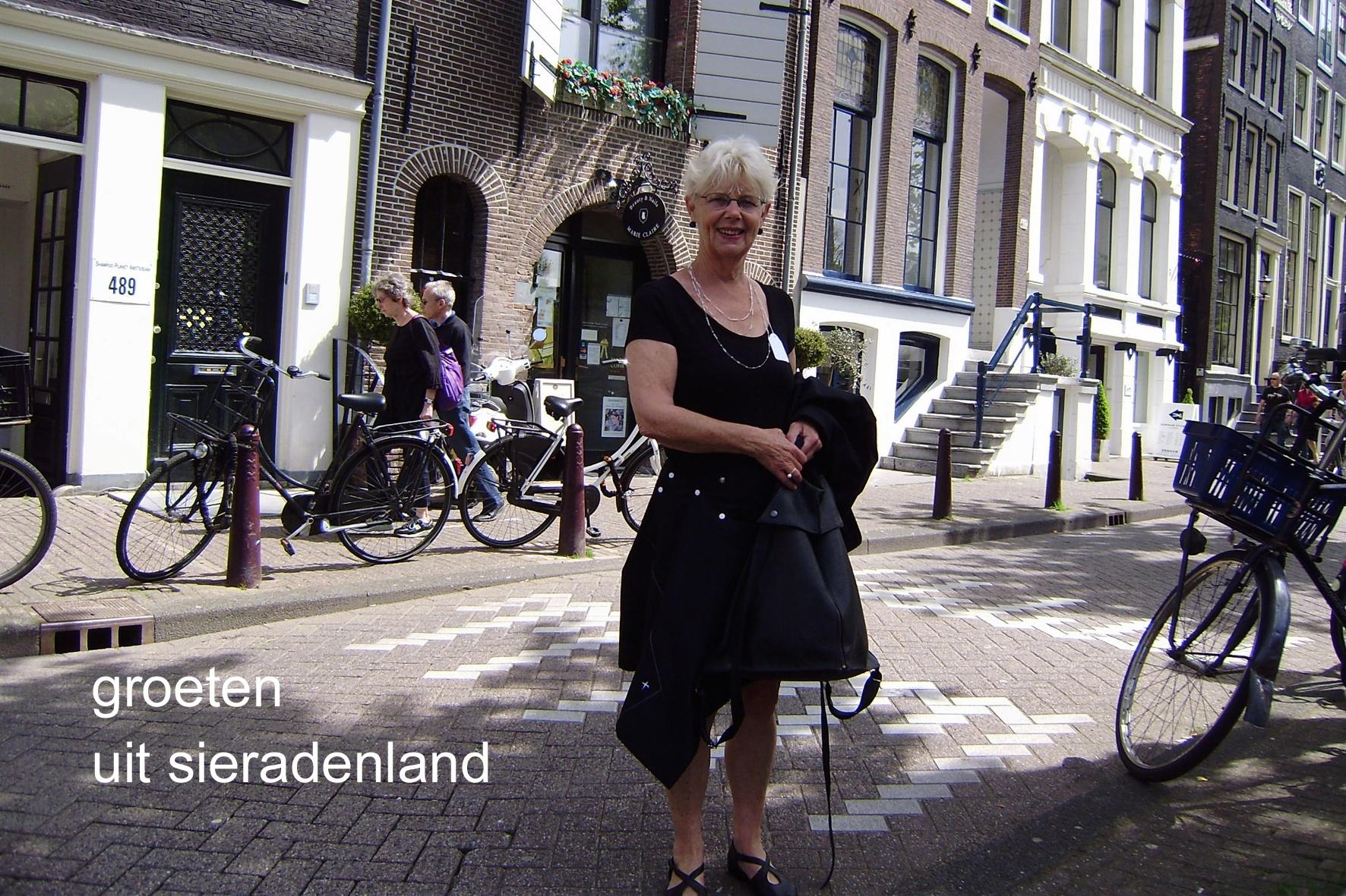 Claartje Keur, Zelfportret met halssieraad van Manon van Kouswijk, Amsterdam, Prinsengracht, 22 mei 2010. Foto Claartje Keur
