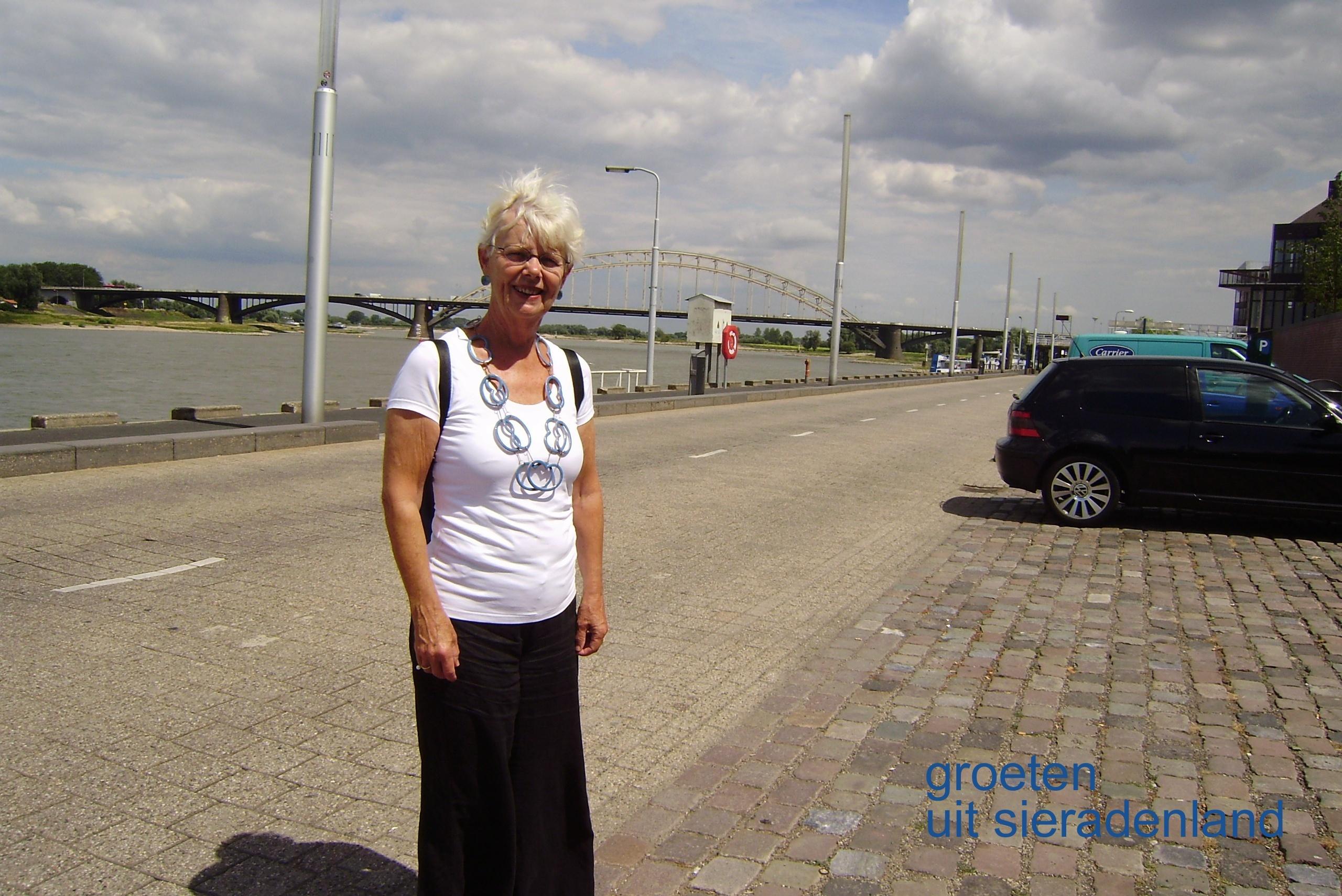 Claartje Keur, Zelfportret met halssieraad van Beate Klockmann, Nijmegen, Waalkade, 2010. Foto Claartje Keur