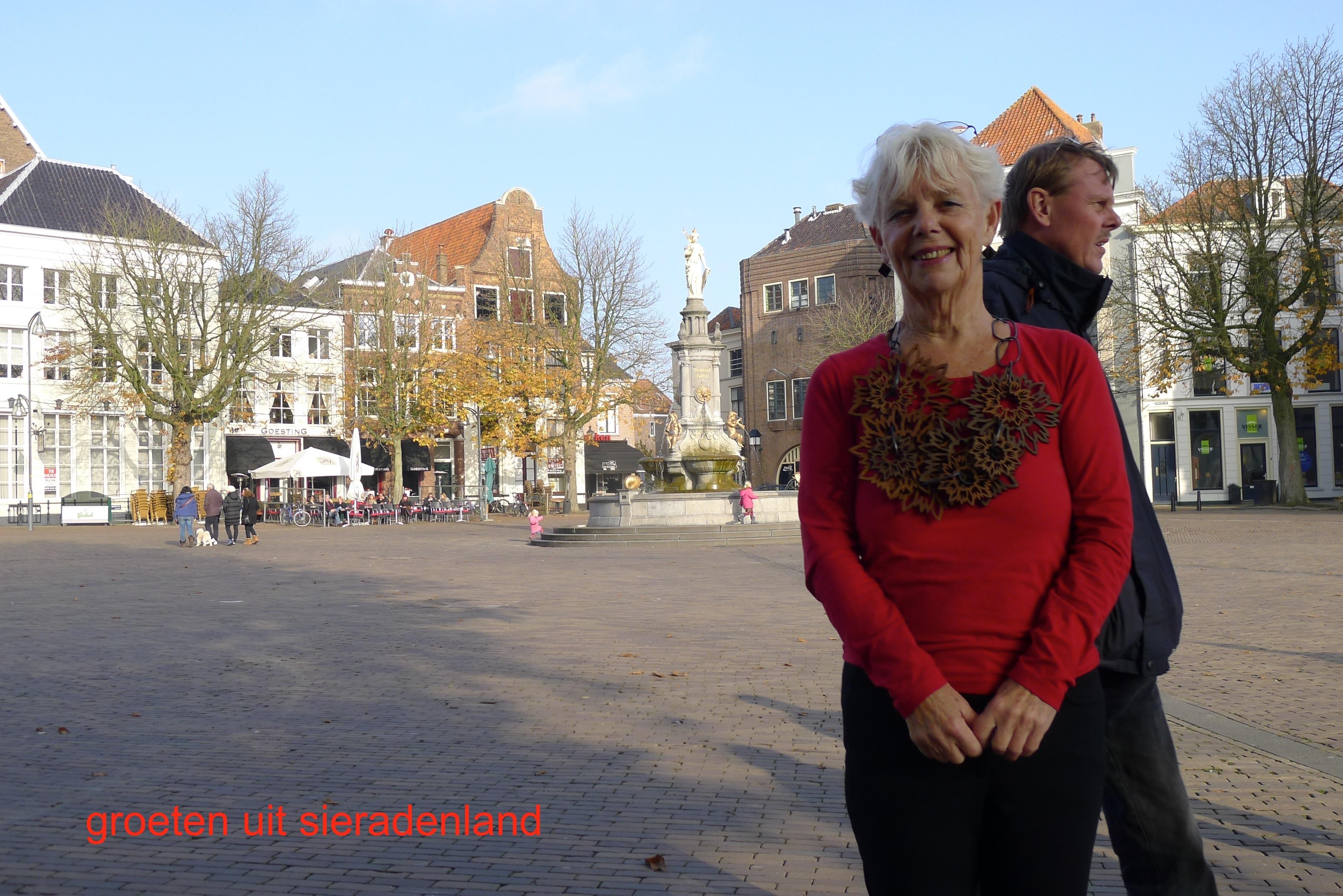 Claartje Keur, Zelfportret met halssieraad van Willemijn de Greef, Deventer, Brink, 11 november 2012. Foto Claartje Keur