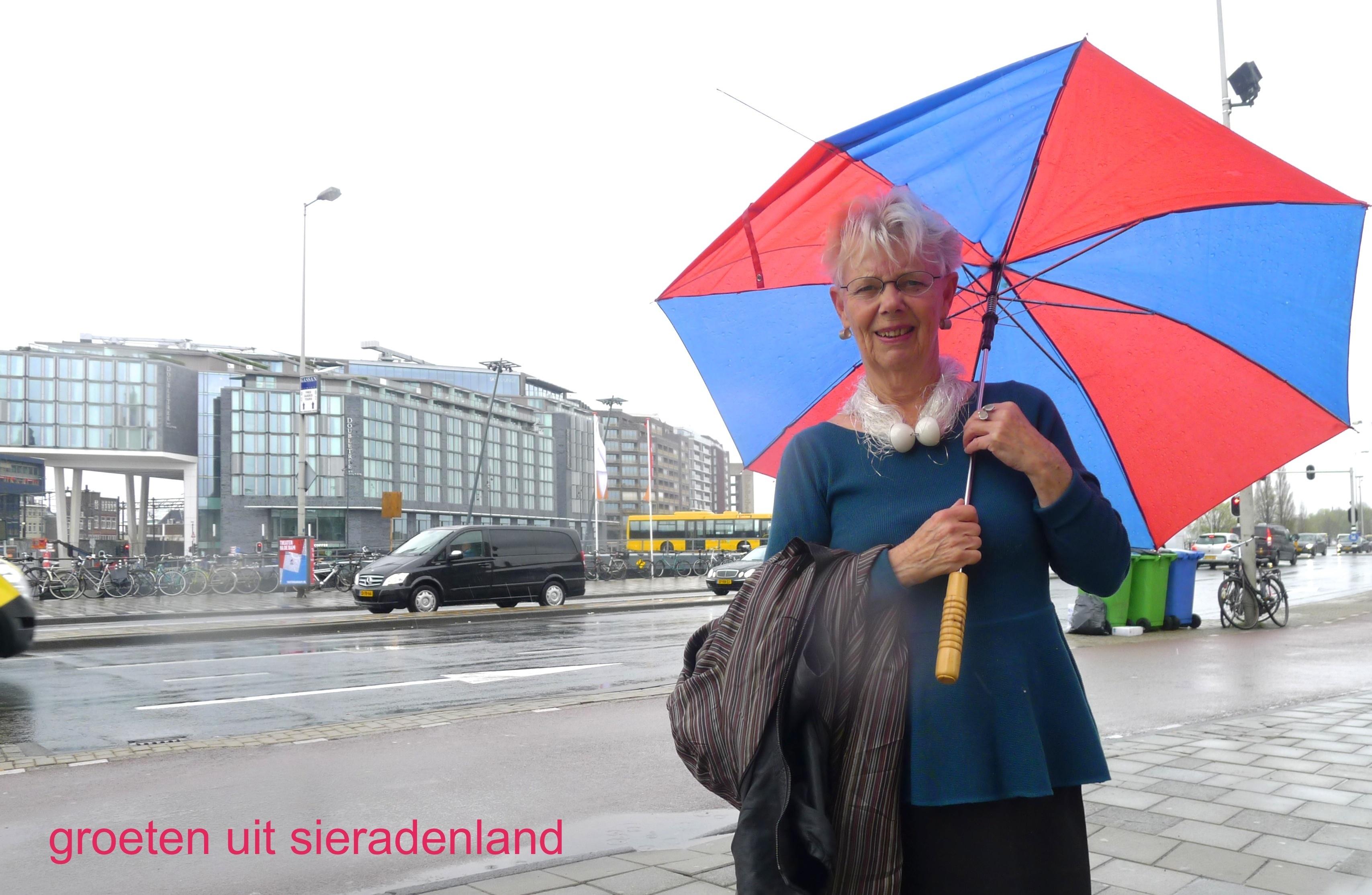 Claartje Keur, Zelfportret met halssieraad van Nina Sajet, Amsterdam, Prins Hendrikkade, 26 april 2013. Foto Claartje Keur