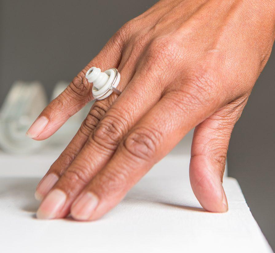 Judith Bloedjes, ring. Foto Lisa Schothorst, zilver, porselein