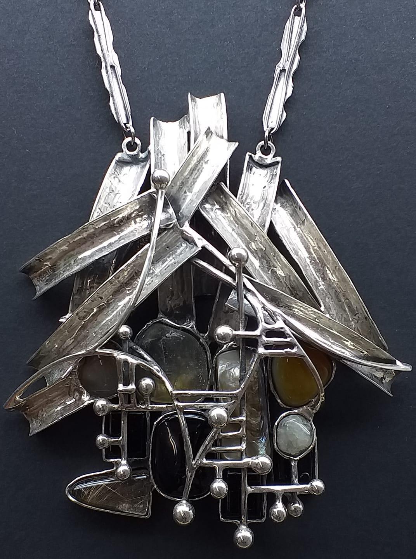 Alberto Gordillo, halssieraad, zilver, agaat, parelmoer, onyx