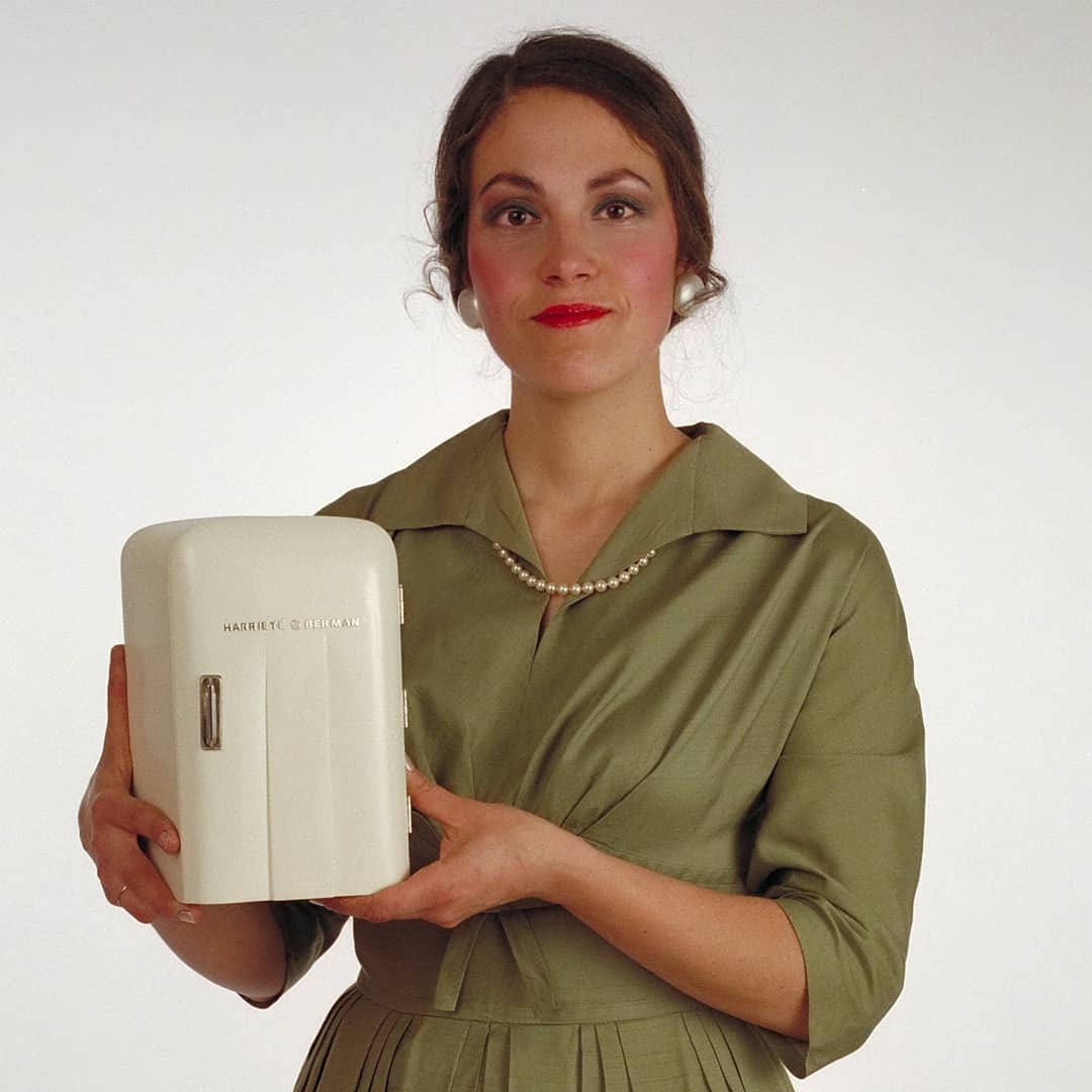 Harriete Estel Berman, The appliance lady, Eating Out of the Refrigerator, foto, 1984, portret, object
