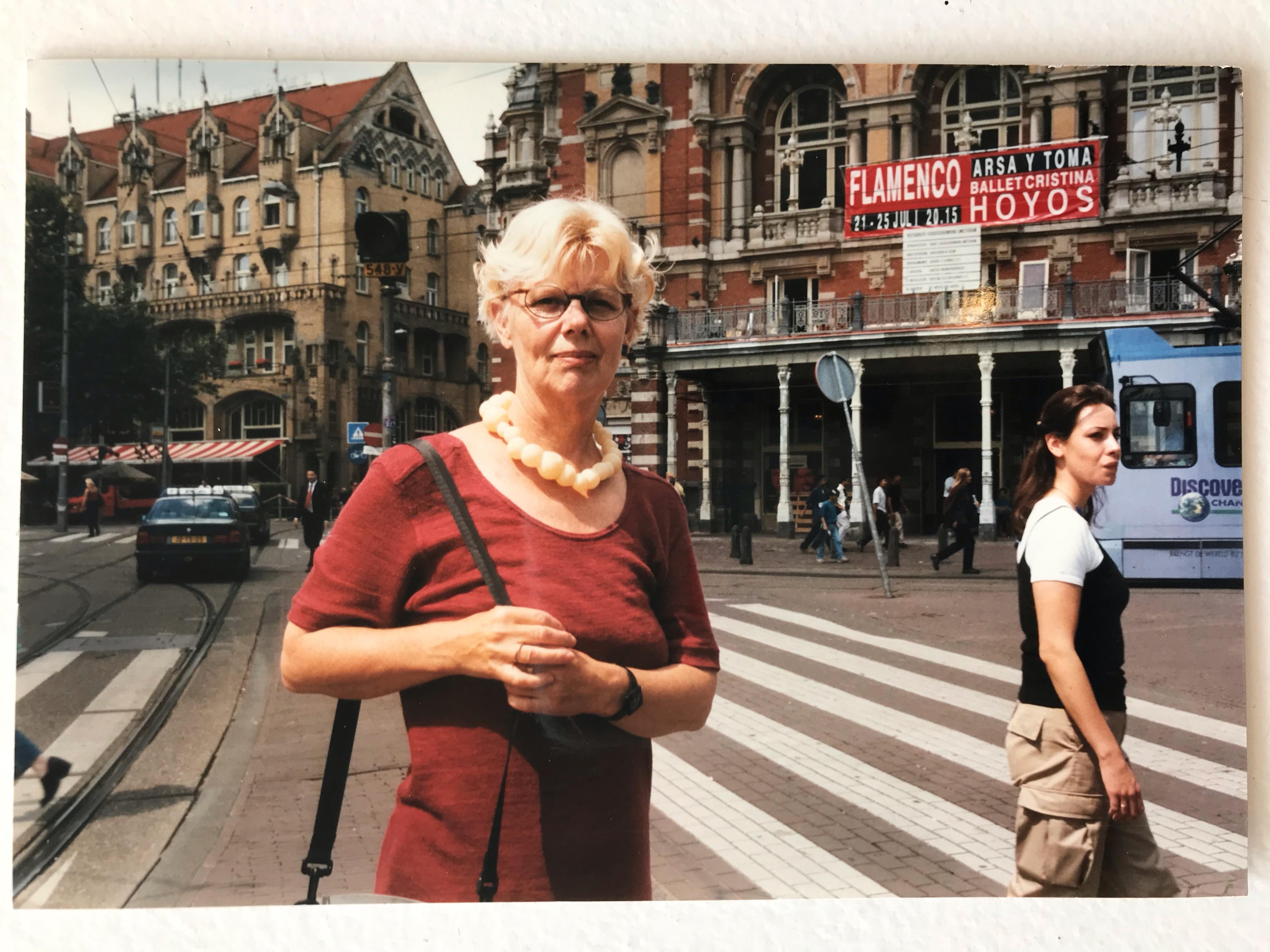 Claartje Keur, Zelfportret met halssieraad van Claartje Keur, Amsterdam, Leidseplein, 1998. Foto Claartje Keur