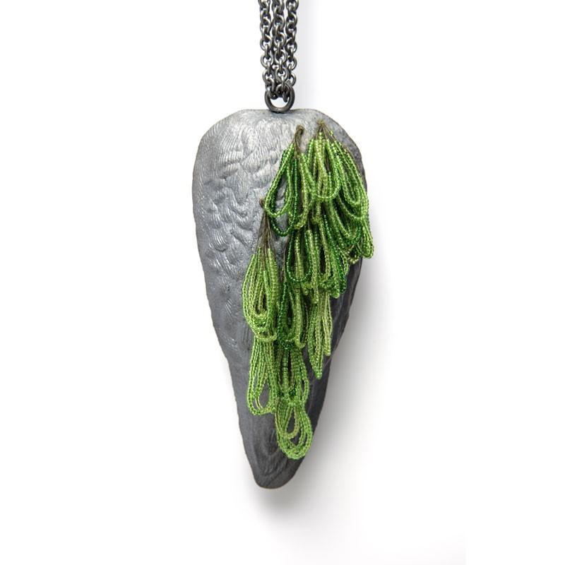 Evert Nijland, Green, halssieraad, 2021. Foto Galerie Rob Koudijs, zilver, glas, zijde